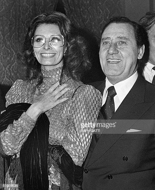 Italian actor Alberto Sordi smiles next to Italian actress Sophia Loren during the Italian Film Festival 14 December 1980 in Nice . Alberto Sordi,...
