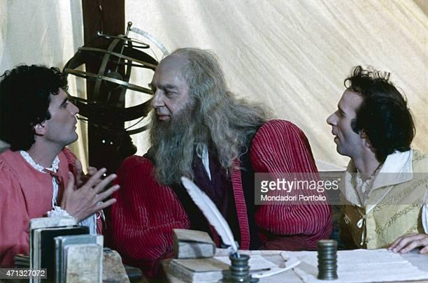 Italian actor and director Massimo Troisi talking to Italian actor Paolo Bonacelli as Leonardo Da Vinci in a scene from the film Non ci resta che...