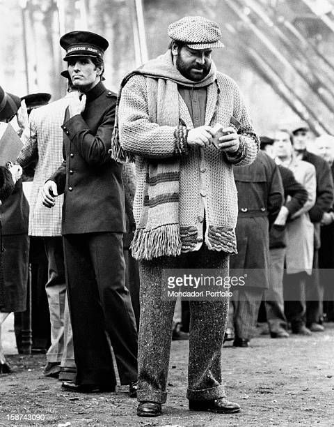 Italian actor Bud Spencer holding a piece of bread on the set of the film Even Angels Eat Beans. Behind him, Italian actor Giuliano Gemma. Rome, 1973