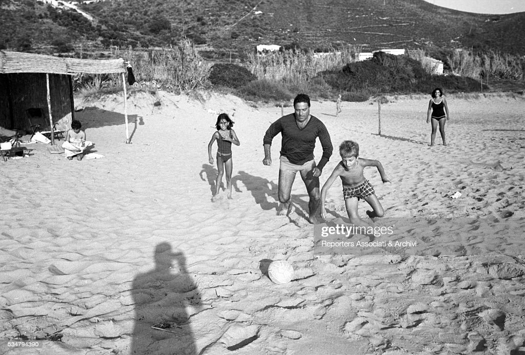 Raf Vallone on the beach : News Photo