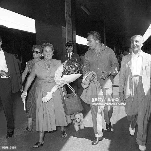 Italian actor Rossano Brazzi and his wife Lidia Bertolini coming back from Paris at Termini railway station Rome 26th July 1955