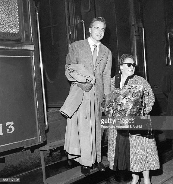 Italian actor Rossano Brazzi and his wife Lidia Bertolini getting off the train while coming back from Paris at Termini railway station Rome December...