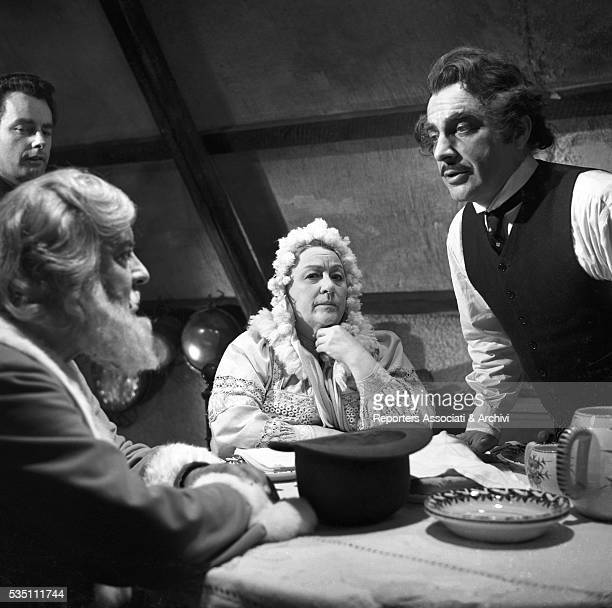 Italian actor Rossano Brazzi talking to Italian actor Alberto Rabagliati dressed as Santa Claus in front of his wife Lidia Bertolini in the film The...