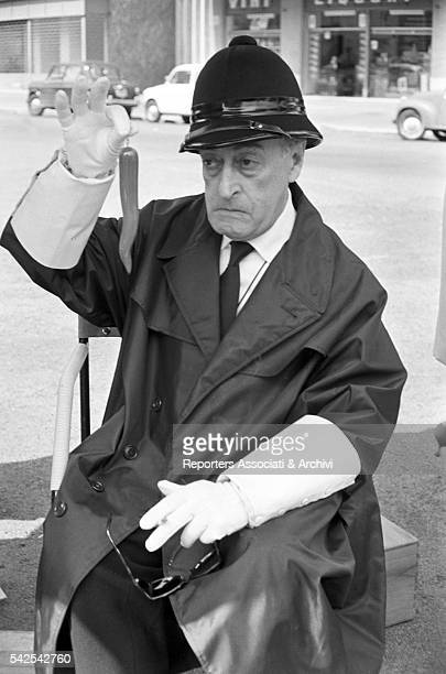 Italian actor Tot˜ as a traffic policeman in Le motorizzate 1963