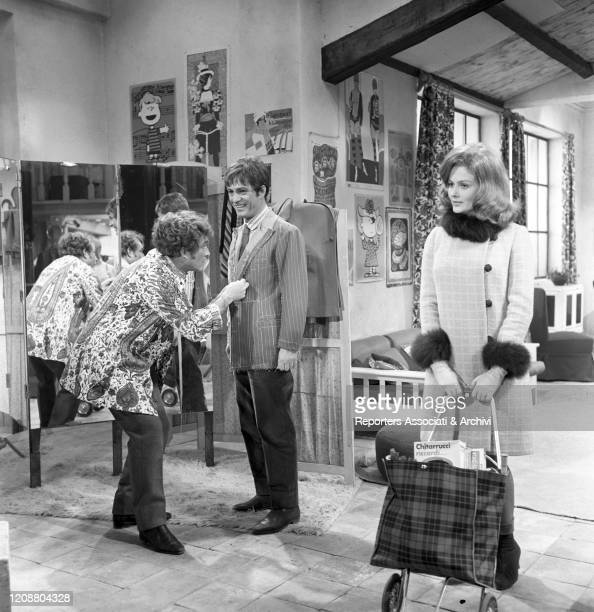 Italian actor Ugo Tognazzi as a tailor tailoring Italian actor Nino Manfredi's jacket. Beside them, American actress Pamela Tiffin in the film Kill...