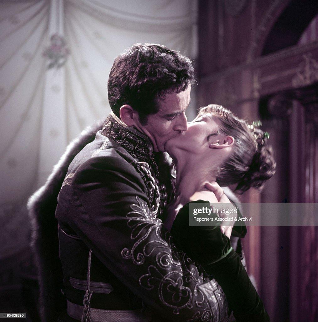 Italian actor Vittorio Gassman (Vittorio Gassmann) kissing British actress Audrey Hepburn (Audrey Ruston) in the film War and Peace. 1955