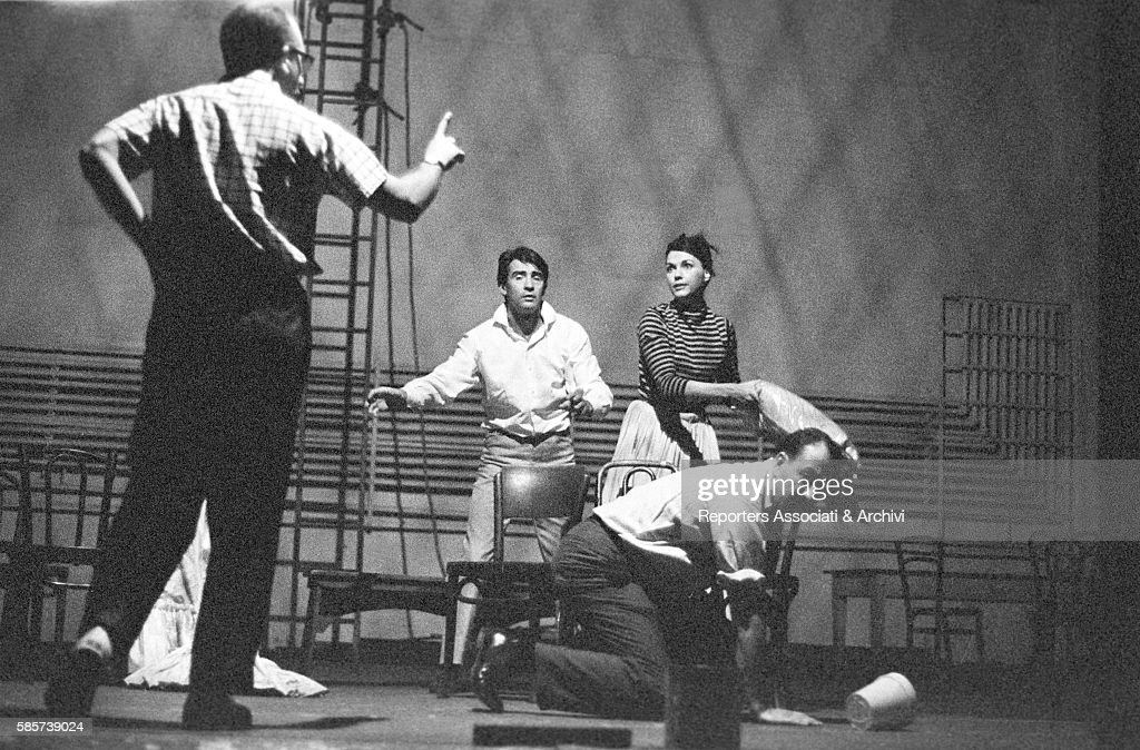 Italian actor Walter Chiari (Walter Annichiarico) on stage with American actors Barbara Cook and Jules Munshin while rehearsing the comedy 'The Gay Life', from Schnitzler, staged in Broadway. The choreographer Herbert Ross seen from behind. New York (Usa), 1962