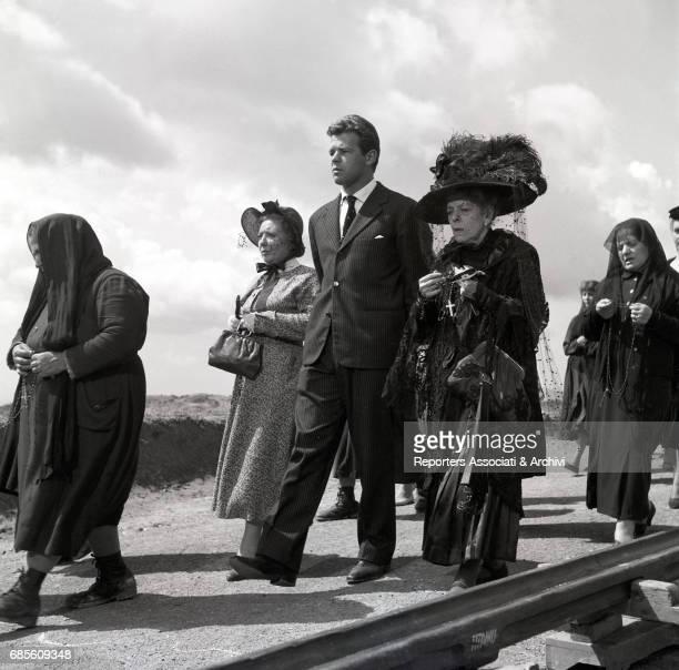 Italian actors Renato Salvatori Tina Pica and Dolores Palumbo during a funeral procession in La nonna Sabella 1957