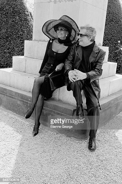 Italian actors Sophia Loren and Marcello Mastroianni on the set of the film Pret-a-Porter , directed by American director Robert Altman.
