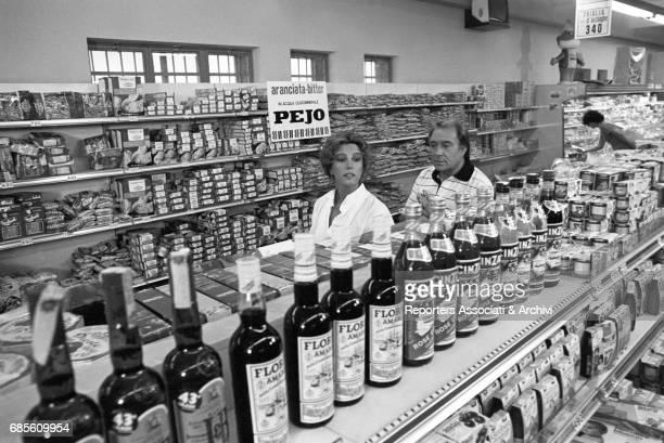 Italian actors Stefania Sandrelli and Ugo Tognazzi in a supermarket in Dove vai in vacanza episode 'Sar• tutta per te' 1978