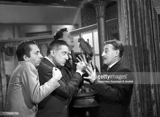 Italian actors Totò Alberto Sordi Aroldo Tieri and Giulio Stival nel film Toto and the King of Rome 1951