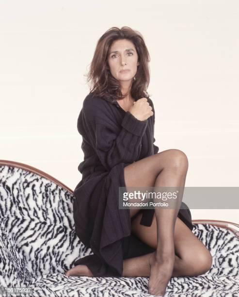 Italian actress and dubber Anna Marchesini posing kneeling on a sofa. 1998.
