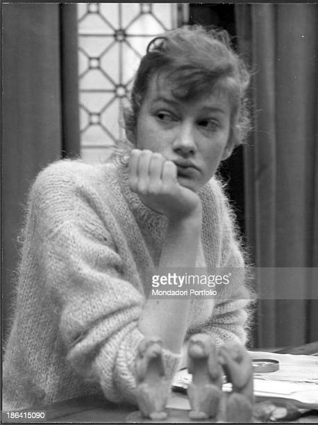 Italian actress Carla Gravina sitting in the London boarding school of the three wise monkeys which she attends to learn english. London, 1958.