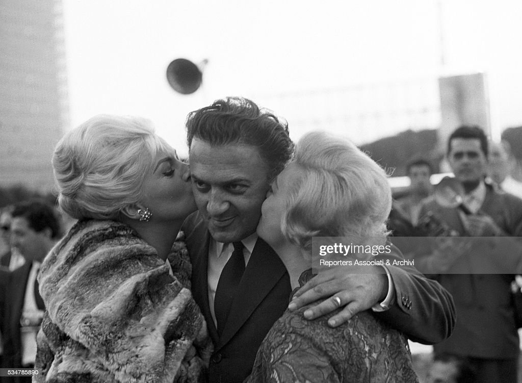 Giulietta Masina and Anita Ekberg kissing Federico Fellini : News Photo