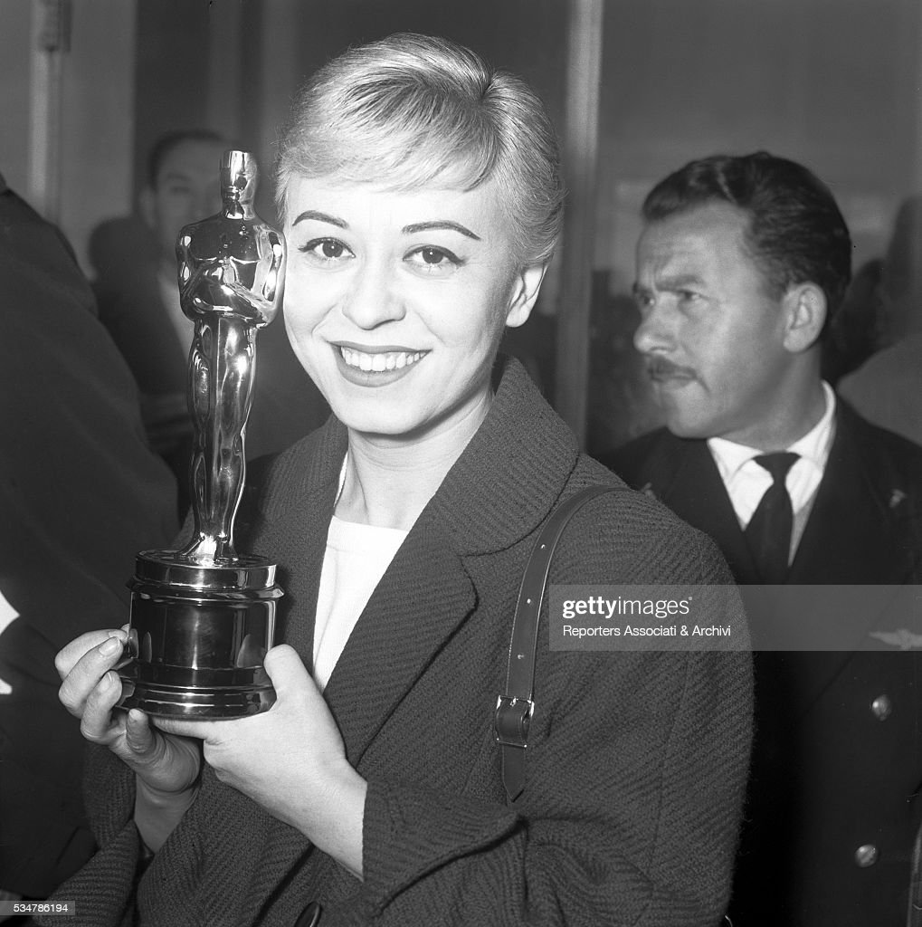 Giulietta Masina with the Academy Award : News Photo
