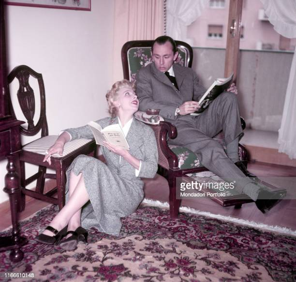 Italian actress Isa Barzizza looking into Italian director Carlo Alberto Chiesa's eyes 1950s
