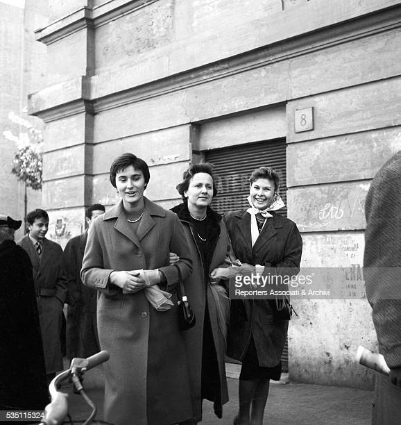 Italian actress Marisa Allasio arm in arm with her mother Lucia and her sister Fiorella 1955