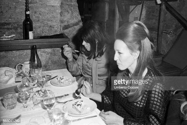 Italian actress Sandra Milo is with Olghina di Robilant and friends at the restaurant in Via Calabria Rome 1967