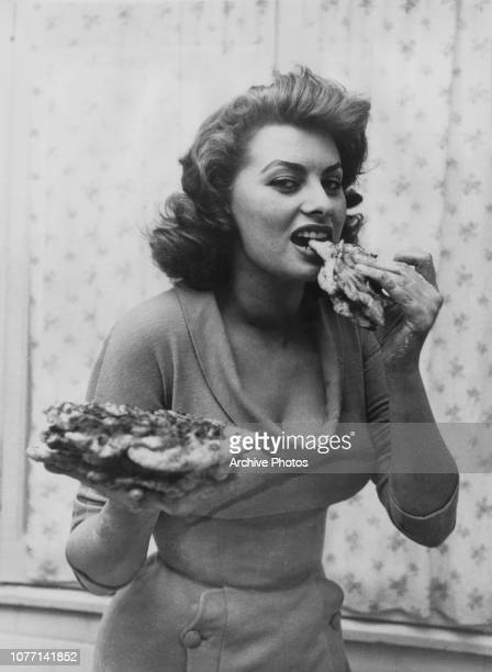 italian-actress-sophia-loren-eating-flat