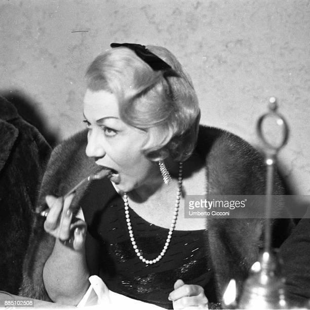 Italian actress Wanda Osiris eating at the restaurant 'Angolo di Roma' Rome 1963