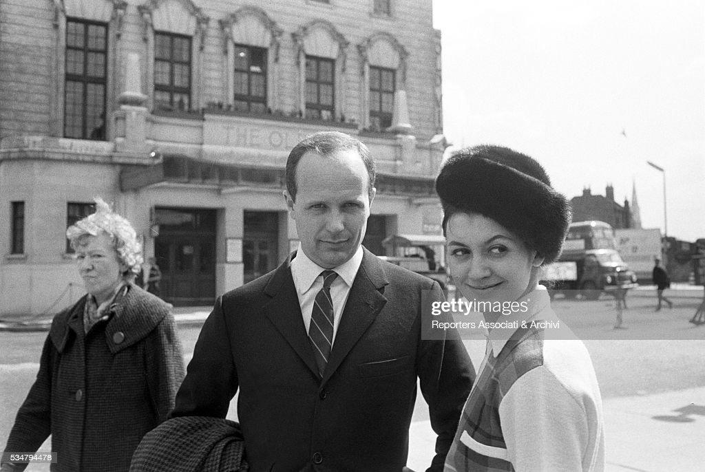 Carla Fracci and Beppe Menegatti walking around in London : ニュース写真