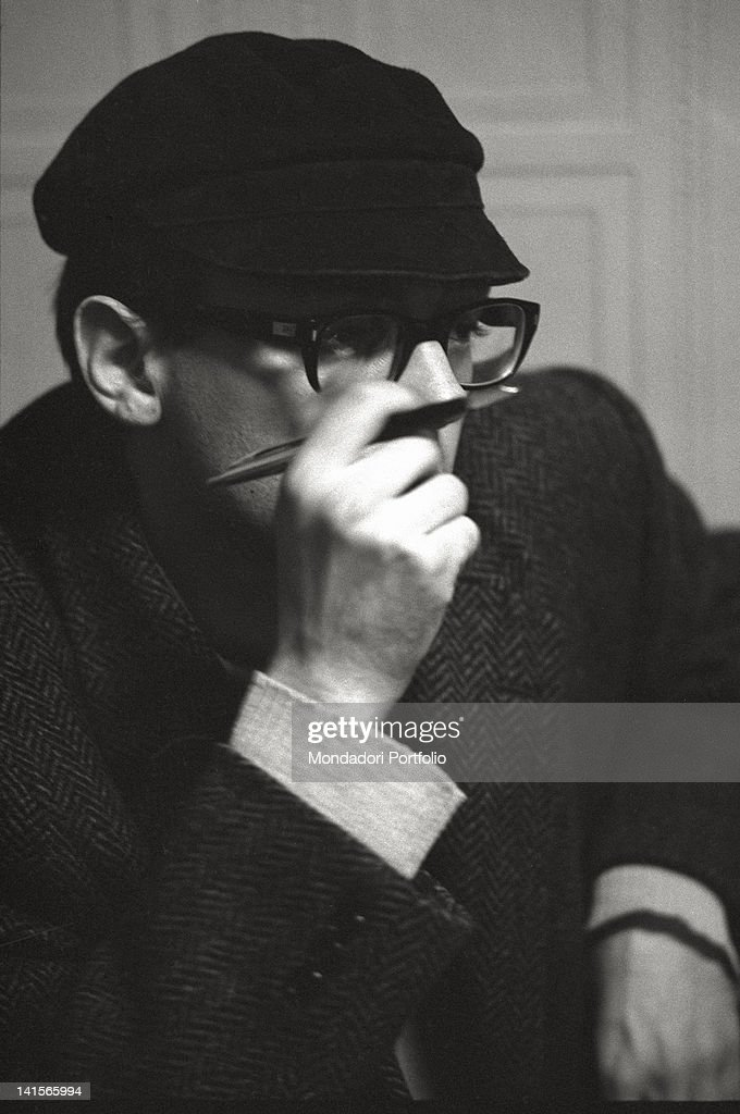 Beatnik With Pen : News Photo