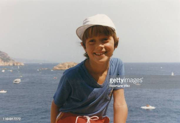 italian boy of five in front of sea - film d'archive photos et images de collection