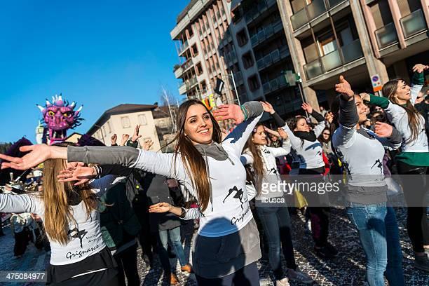 italiano parata di carnevale in piccole città - flash mob foto e immagini stock