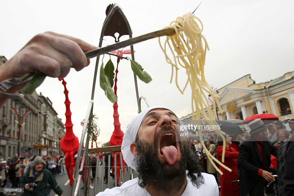 Italian circus performers take part in the 307th anniversary of Russia's old imperial capital Saint Petersburg on May 29, 2010. PHOTO / KIRILL