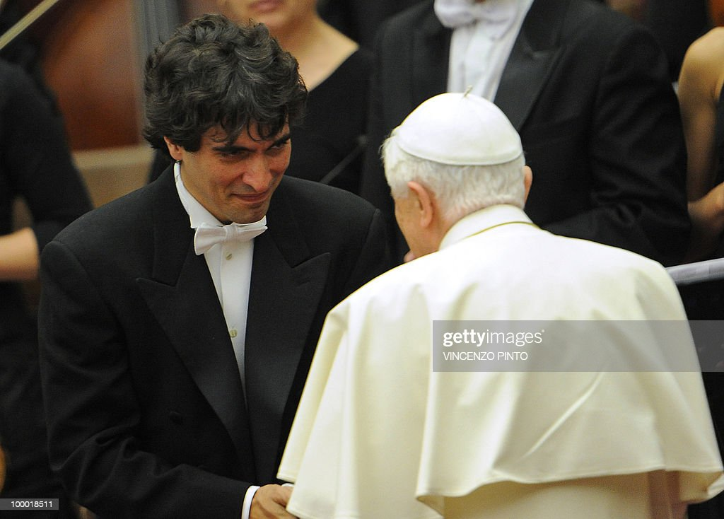 Italian conductor Carlo Ponti (C) shakes hands with Pope Benedict XVI at the end of the concert offered by Russian Patriarch Kirill I in the Paolo VI hall at the Vatican on May 20, 2010, to mark the russian day of culture and spirituality.