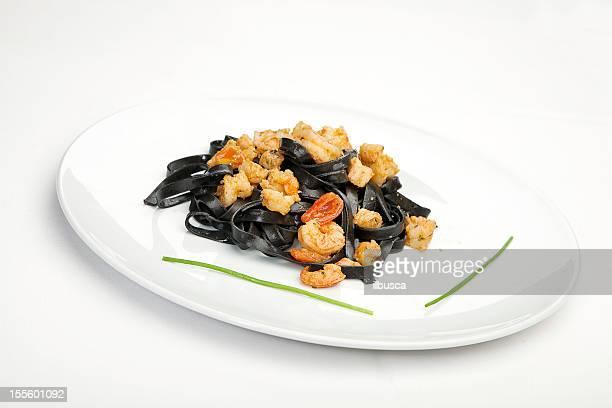 イタリア料理のシリーズ:ブラックのセピアインクのタリアテッレ、エビ