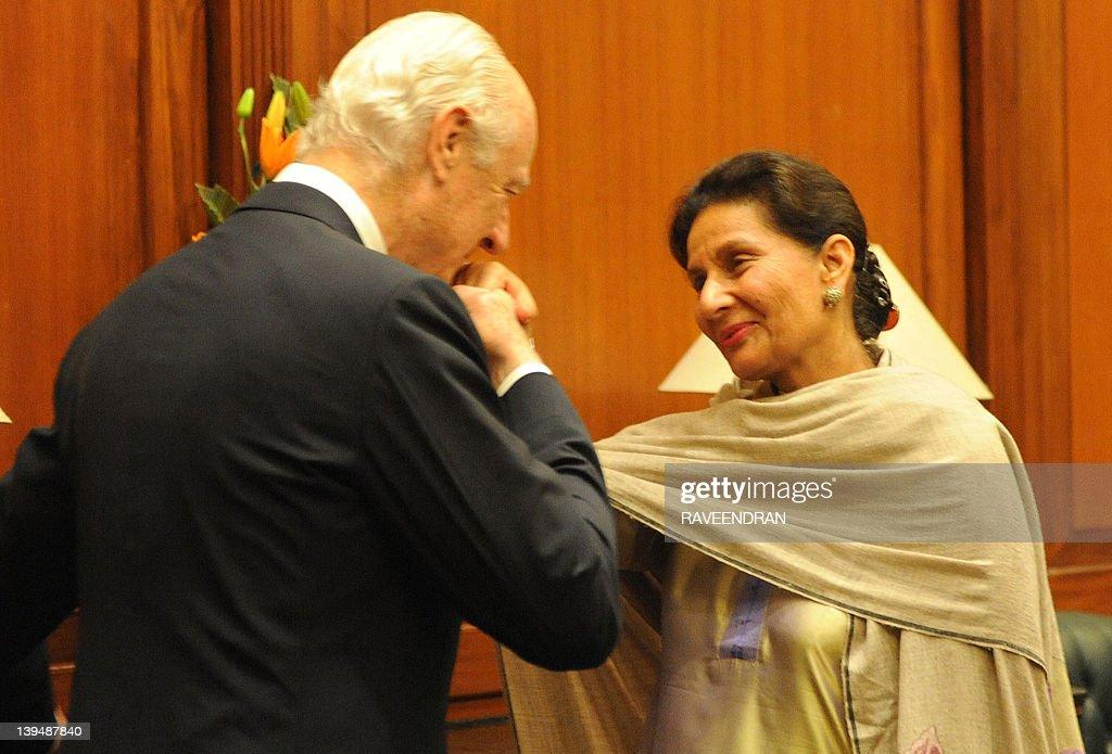 Italian deputy foreign minister staffan de mistura kisses the hand italian deputy foreign minister staffan news photo m4hsunfo