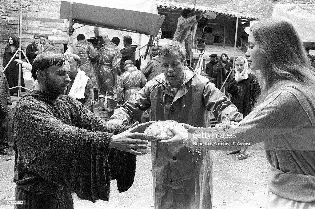 Italian director Franco Zeffirelli explaining a scene to British