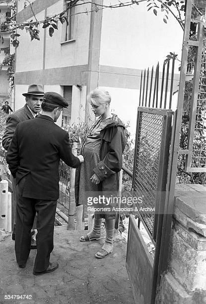 Italian director Luigi Comencini and German actress Elke Sommer with a fake bump during a break on the set of the segment Treatise on Eugenics from...
