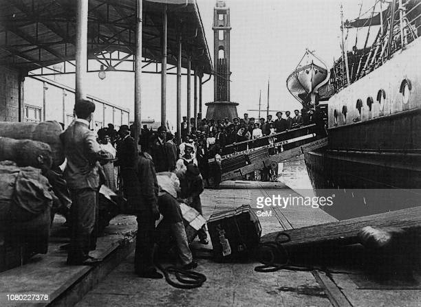 Italian emigrants of the early twentieth century. Landing of immigrants in Buenos Aires. 1910. At the beginning of the 20th century port and harbor...