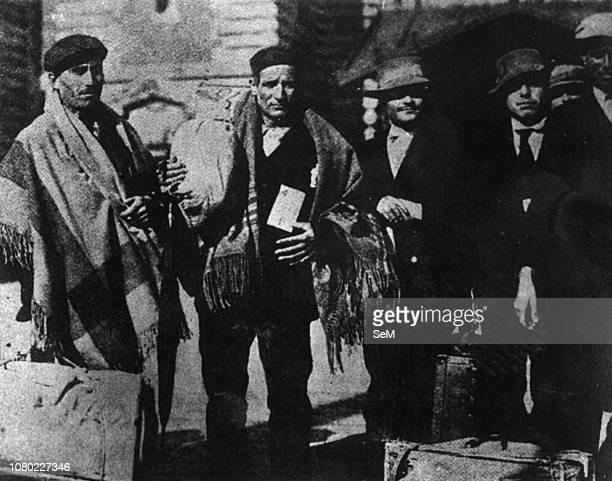 Italian emigrants of the early twentieth century. Sicilian immigrants at Ellis Island. 1909.