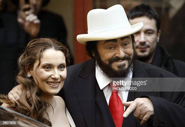 Italian famous tenor Luciano Pavarotti shows his wedding ring flanked by Nicoletta Mantovani after their ceremony in Modena's main theatre 13...