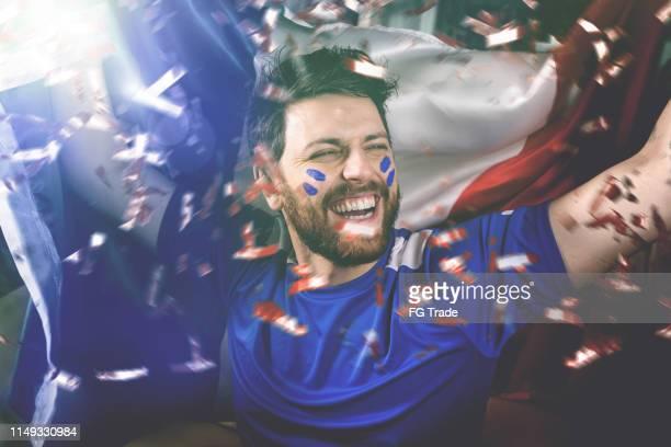 italiaanse fan vieren met de nationale vlag - sportevenement stockfoto's en -beelden