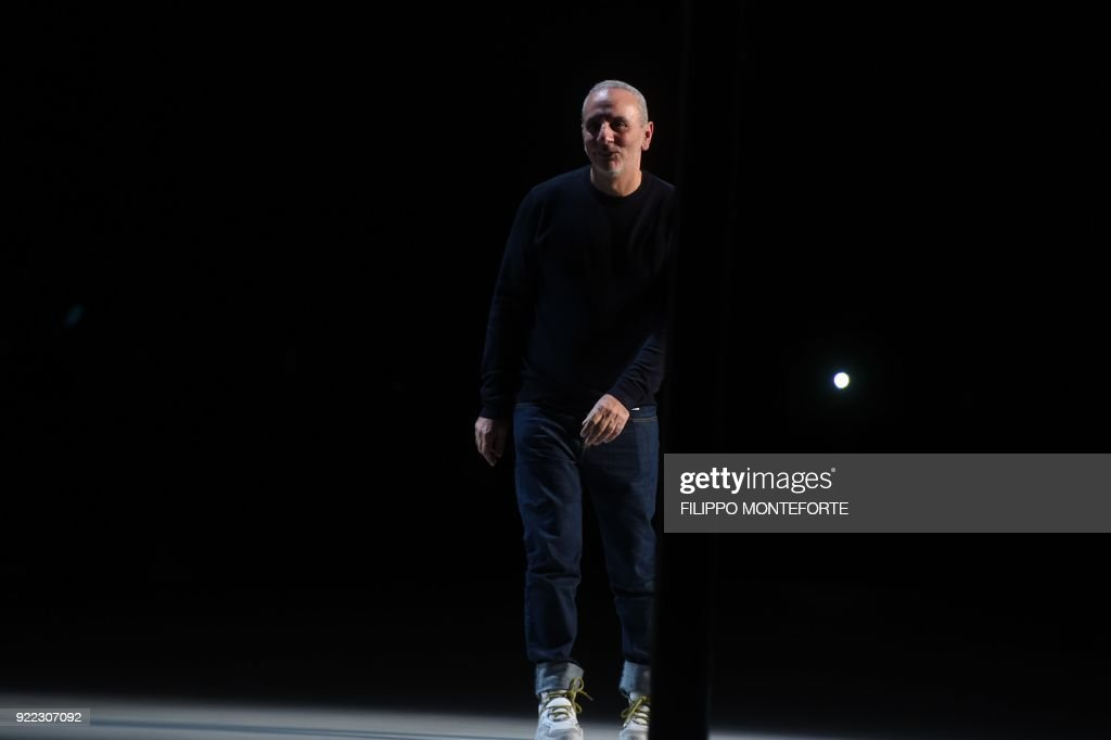 Italian fashion designer for N21, Alessandro Dell'Acqua ,acknowledges the audience at the end of his women's Fall/Winter 2018/2019 collection fashion show in Milan, on February 21, 2018. / AFP PHOTO / Filippo MONTEFORTE