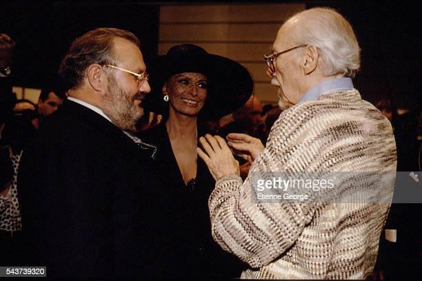 Italian fashion designer Gianfranco Ferre Italian actress Sophia Loren and movie director Robert Altman on the set of his film PrêtàPorter