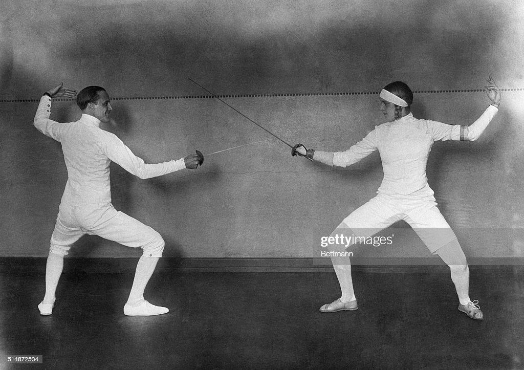Nedo Nadi Fencing Against Helene Mayer : Nachrichtenfoto