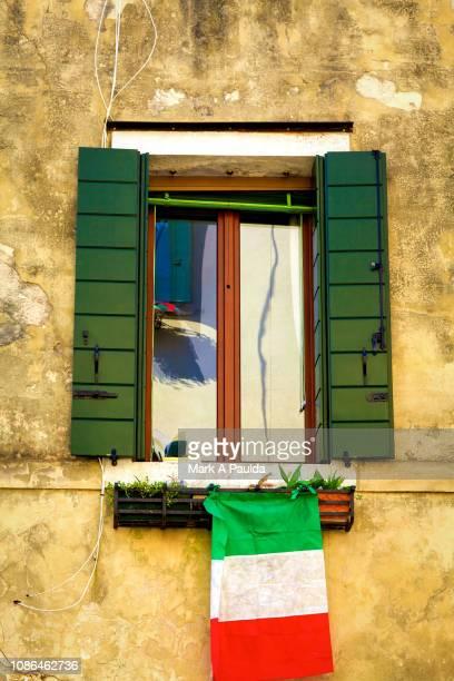 italian flag and window - bandera italiana fotografías e imágenes de stock