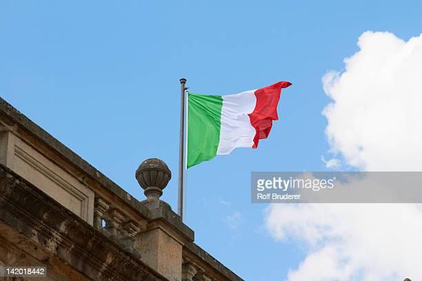 italian flag fluttering on rooftop - drapeau italien photos et images de collection