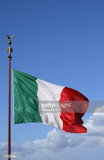 bandera de italia en roma - bandera italiana fotografías e imágenes de stock
