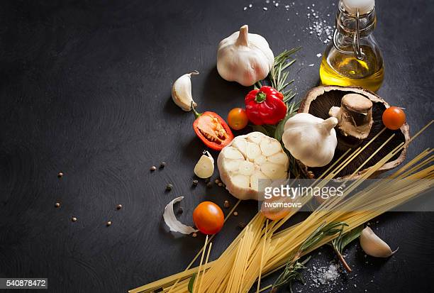italian food, spaghetti recipe ingredient on black texture background. - mediterrane kultur stock-fotos und bilder