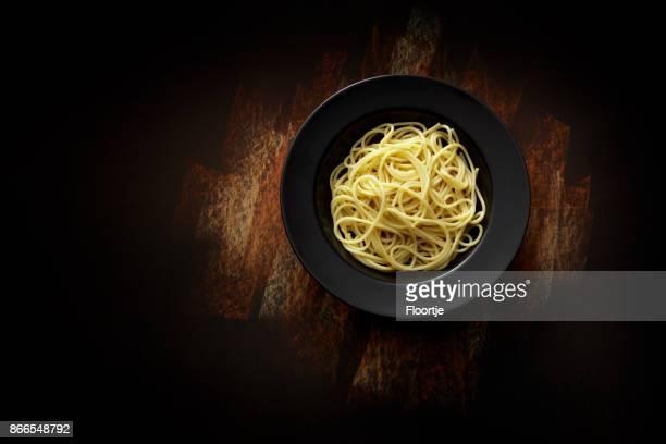 italiaans eten: spaghetti stilleven - spaghetti stockfoto's en -beelden
