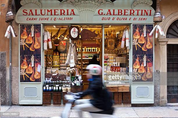 cuisine italienne magasin de vérone, italie - drapeau italien photos et images de collection