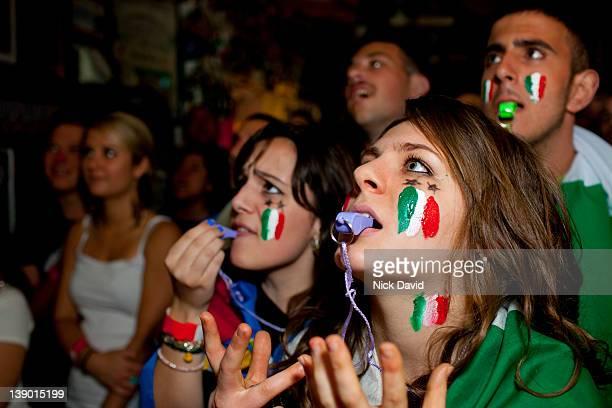 italian football fans watch world cup 2010 - fotbolls vm bildbanksfoton och bilder
