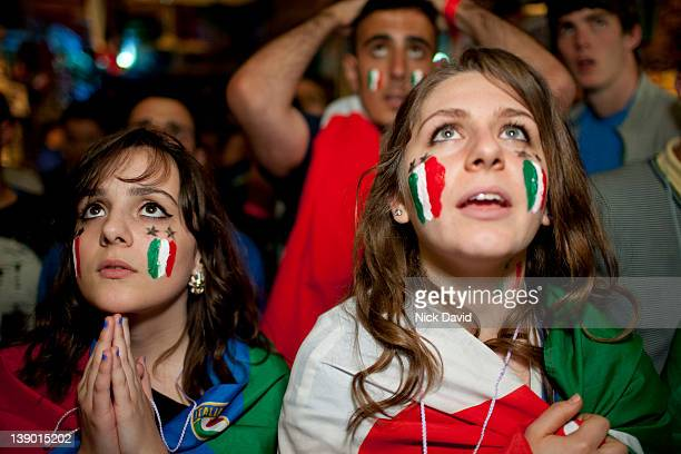 italian football fans watch world cup 2010 - calcio internazionale foto e immagini stock