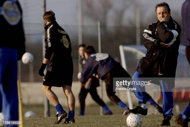 Italian football manager and retired footballer Alberto Zaccheroni attends a training session at the Udinese Training Center on March 1998 in Udine,...